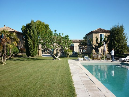 Auberge du Vin : Garden, pool and house