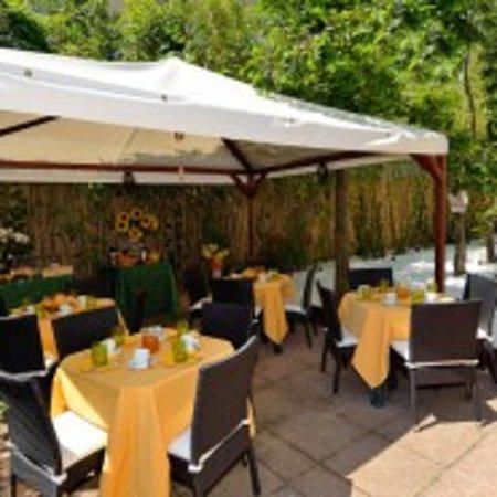 Villa Angelica: Breakfast in the garden