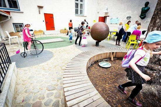 Great Guild Hall: Children in the courtyard