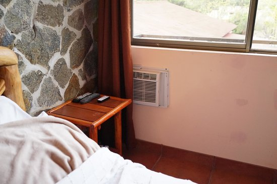 Anton Valley Hotel: Klimaanlage hinterm Vorhang