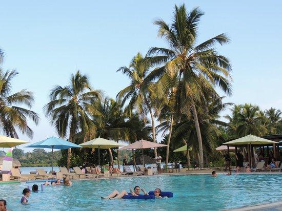 Holiday Inn Resort Vanuatu: Large pool with lagoon behind