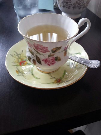 Mocha's Vintage Tea Room & Restaurant: Japanese Berry tea in a china cup!