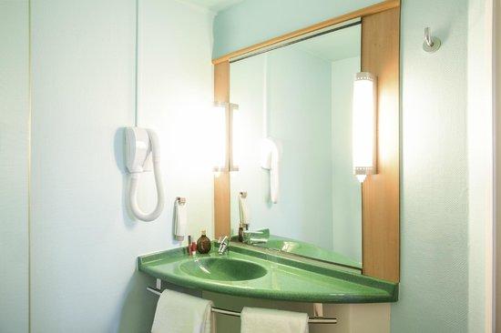Ibis Orly Chevilly Tram 7 : Bathroom