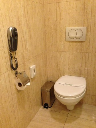 Hotel Columbus: Toilette im Bad (mit Telefon :-) )