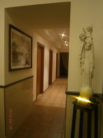 Domus Carmelitana : Hallway