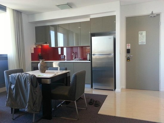 Meriton Serviced Apartments Campbell Street : Kitchenette and entrance door