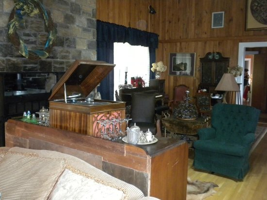 Tuckasiegee River Mountain Lodge: A nice, old fashioned place to gather and relax