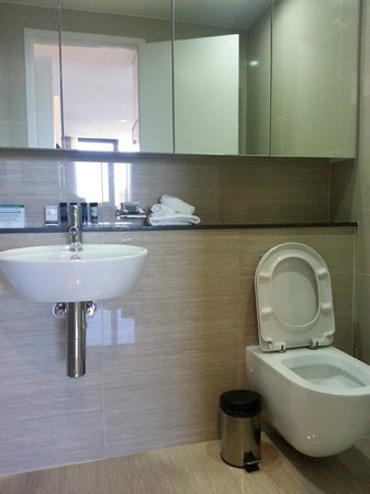 Meriton Serviced Apartments Campbell Street : Bathroom with cool white lighting