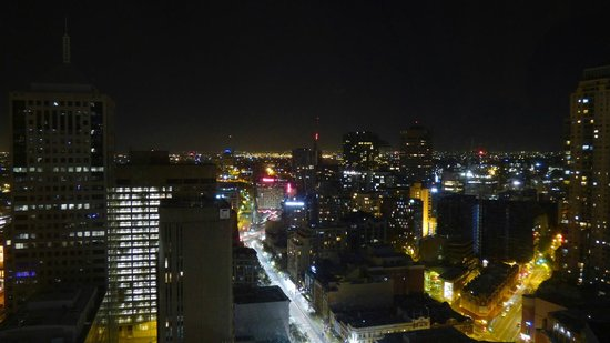 Meriton Serviced Apartments Campbell Street : View of the city at night