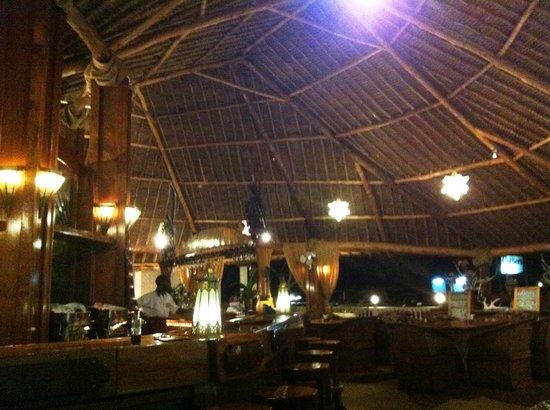 Leonardo's Restaurant: Restaurant Innenbereich mit der Bar in der Mitte, Tische sind rundum