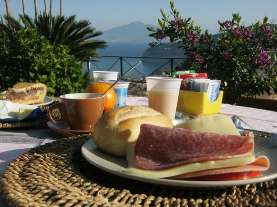 Villa Monica B&B : breakfast on the terrace