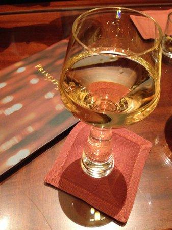 Hotel Principe Di Savoia : Вино в модном бокале