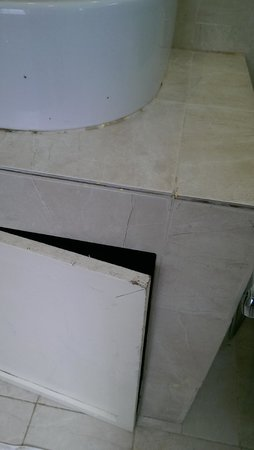 Sojourn Villas: Dirty bathroom cupboards