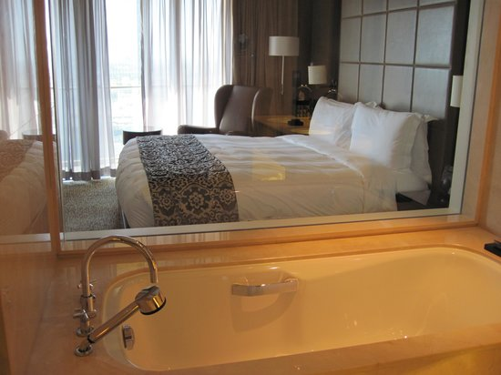 Address Dubai Mall: Вид на номер из ванны