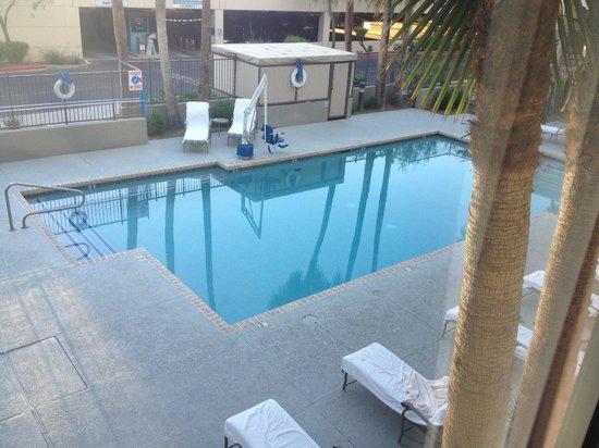 Hampton Inn Phoenix-Biltmore: View from the second floor