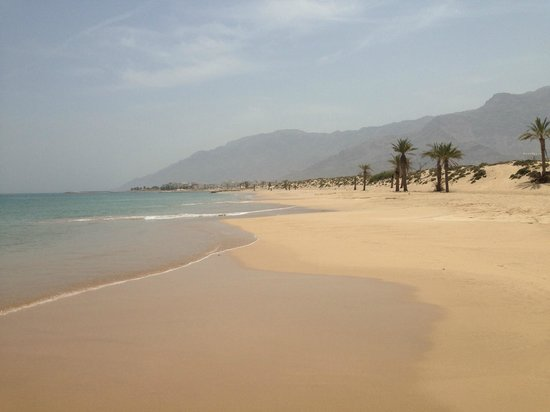 Sifawy Boutique Hotel: Strand am Restaurant Al Sammak Richtung Hotel
