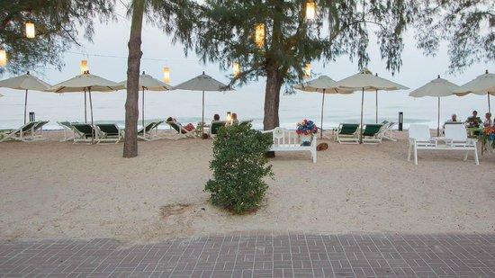 Raya Restaurant and Wine Bistro : On the beach