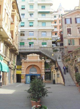 Hotel Vittoria Orlandini: Das Hotel - Zimmer im rosa ! Haus hinten