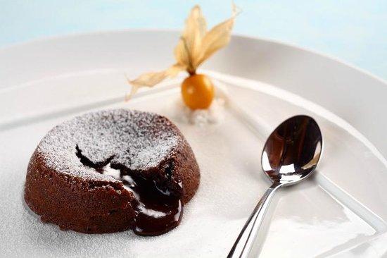 Raya Restaurant and Wine Bistro : Warm Valrohna Chocolate Lava