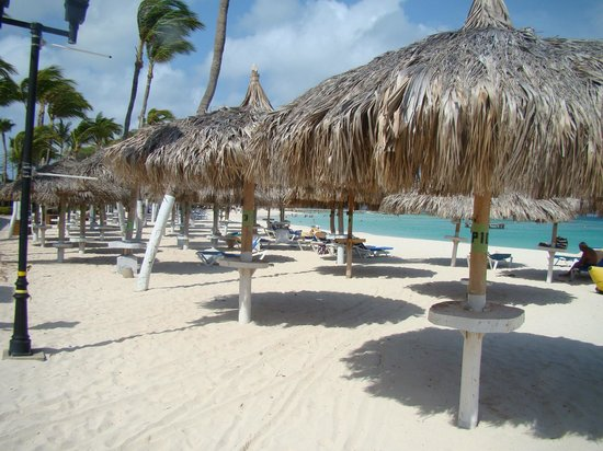 Hotel Riu Palace Aruba: Palapas infront of Westin now owned by RIU were available
