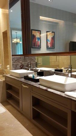 Resorts World Sentosa - Equarius Hotel: Kamar mandi yang mewah