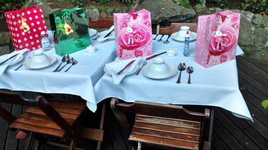 Aratinga Inn : Café da manhã: talheres de prata, louça inglesa e uma surpresa de Páscoa!