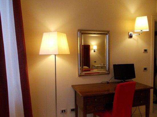 Residence Diamanterosso: specchio e luci della camera da letto