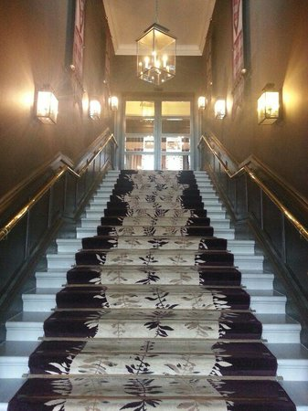 Doubletree by Hilton, Dunblane-Hydro: La scalinata d'ingresso