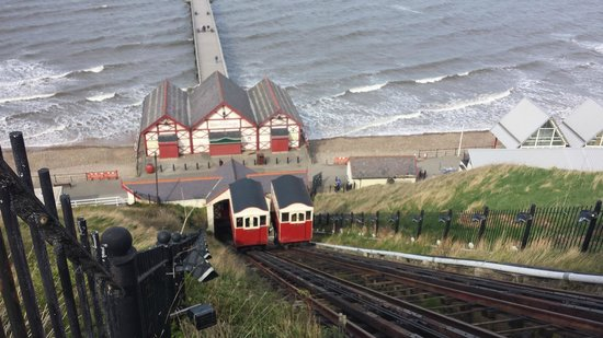 Saltburn Cliff Tramway: Cars passing