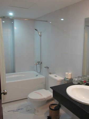 Hanoi Holiday Diamond Hotel: Big bathroom with bathtub.