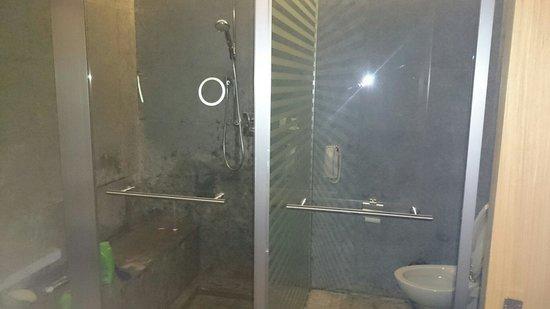 Kempinski Hotel Ishtar Dead Sea: Junior suit bathroom