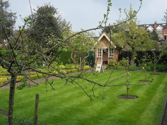 Hill Close Gardens: Lovely lawns