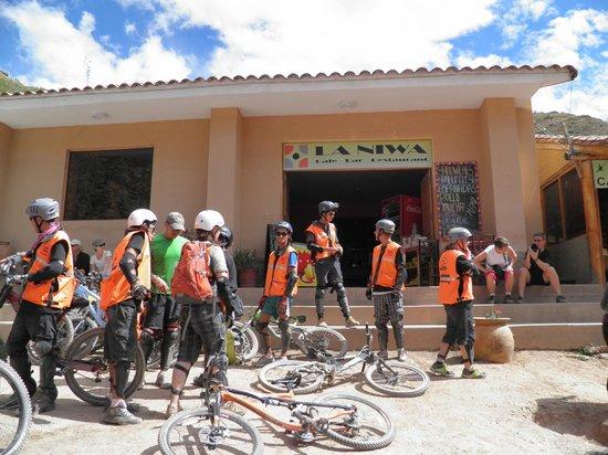 Salinas de Maras: alguns fazem trilha de bycle