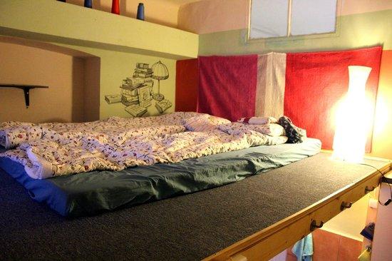 Lavender Circus Hostel: Antresola do spania