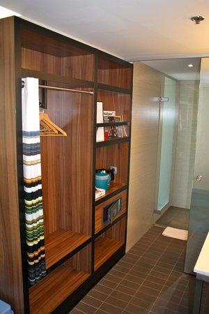 Aloft Brussels Schuman Hotel: Wardrobe/tea station