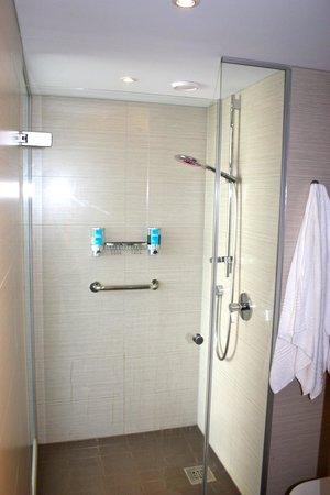 Aloft Brussels Schuman Hotel: Shower