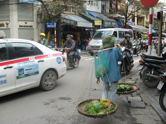 Hanoi E Central Hotel: The Street in front of the Hotel