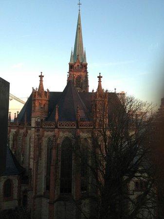 Derag Livinghotel Dusseldorf: Костел напротив отеля