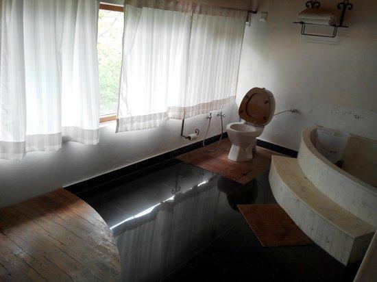 Two Chimneys - Pura Stays: bathroom of deodar suite...magnificient...