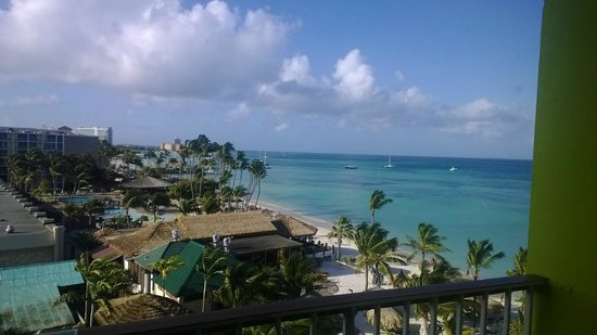 Holiday Inn Resort Aruba - Beach Resort & Casino: A view up the beach from our 6th floor ocean view room