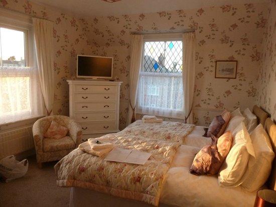 Hilton House B & B: The beautiful Tennyson room at sundown