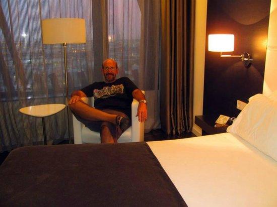 Hotel Porta Fira: Cómodos sillones y gran ventanal