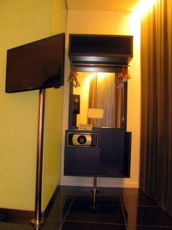 Hotel Porta Fira: Plasma, lugar para colgar la ropa y caja de seguridad