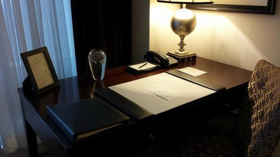 Trump International Hotel and Tower New York: Desk area