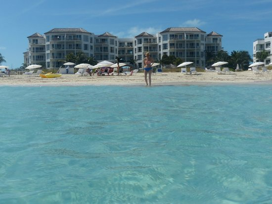 West Bay Club: Crystal clear water looking back at hotel
