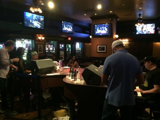 Bar at Times Square : dueling pianos