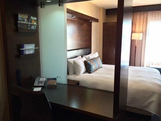 SpringHill Suites Denver Downtown: Desk is perfectly situated