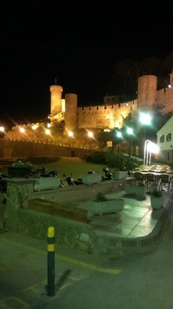 Hotel GHT Oasis Tossa & SPA: beautiful castle of Tosss de mar by night x
