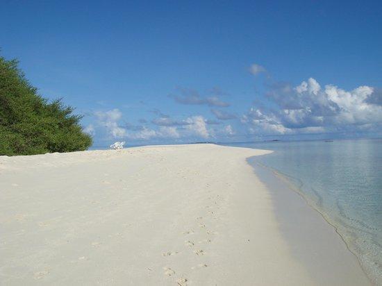 Embudu: 島の片側にのびる砂洲