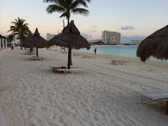 Club Med Cancun Yucatan : Going out at the crack of dawn to reserve a beach shelter